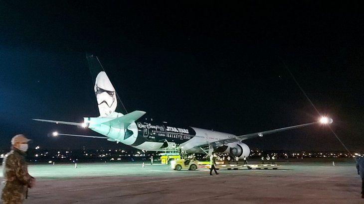 Arribo. Un millón de dosis de Pfizer donadas por Estados Unidos llegaron anoche al Silvio Pettirossi en el Boeing Star Wars: Galaxys Edge
