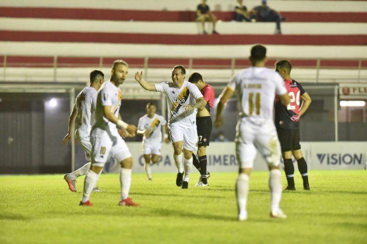 Fernando Fernández (c) celebra un gol de Guaraní.