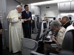 El papaFrancisco junto al portavoz del Vaticano, Alessandro Gisotti, responde a las preguntas de los periodistas durante un vuelo este domingo desde Panamá a Ciudad del Vaticano.