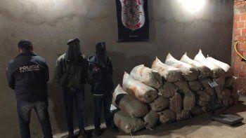 Dos hombres identificados como Benigno Paredes Mongelós, de 30 años, y Luis Alberto Díaz, de 28 años, fueron aprehendidos por agentes del Departamento de Investigaciones de la Policía Nacional de Amambay por tener 512 kilos de marihuana.