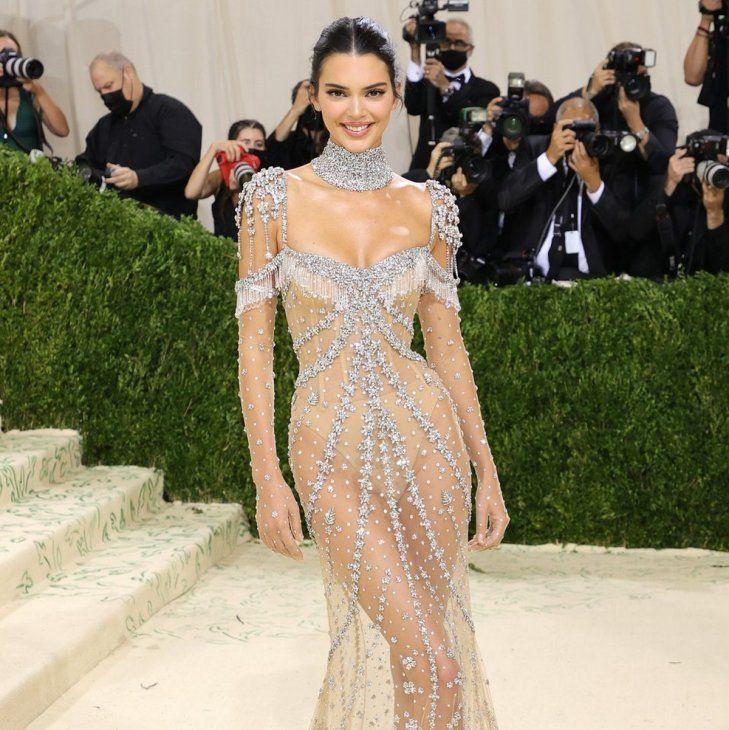 Deslumbrante. La modelo y empresaria Kendall Jenner lució un vestido completamente transparente