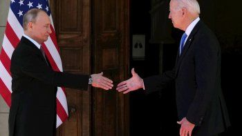 El presidente estadounidense Joe Biden (derecha) y el presidente ruso Vladimir Putin (izquierda) se dan la mano durante la cumbre Estados Unidos-Rusia.