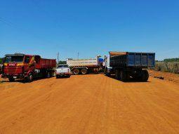 Los trabajadores viales bloquearon el acceso al campamento de una empresa constructora en la localidad de General Artigas para exigir el pago de haberes atrasados.