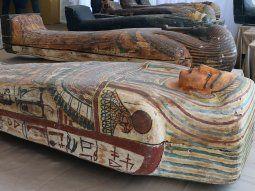 Casi una treintena de los 59 sarcófagos descubiertos yacían este sábado ante la muchedumbre, cubiertos con una tela, tras permanecer más de 2.600 años bajo las arenas del Bubasteum.