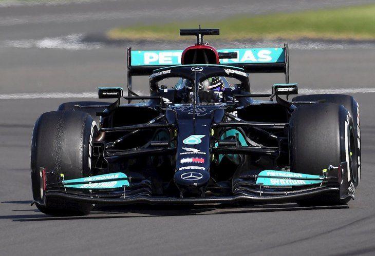 Lewis Hamilton en acción durante el Gran Premio de Fórmula Uno de Gran Bretaña en el Circuito de Silverstone.