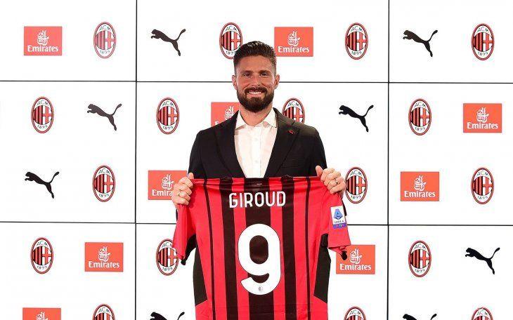 Olivier Giroud posa con la camiseta del Milan.