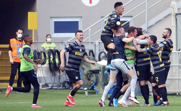 Jugadores del Inter celebran el gol de Matteo Darmian.