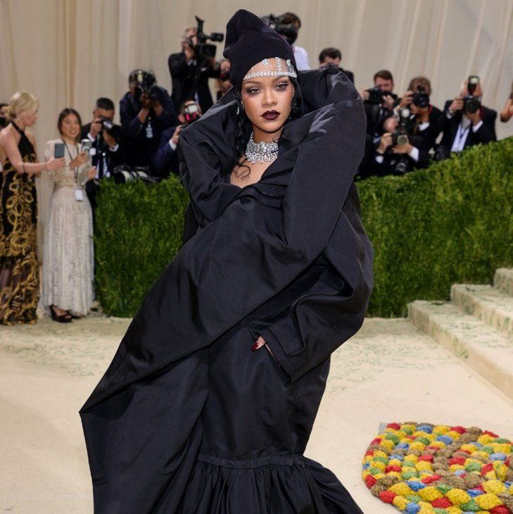 Con volumen. Rihanna eligió un vestido de proporciones colosales de la última colección de Alta Costura de Demna Gvasalia para Balenciaga. Se trata de un traje negro con manga larga. Complementó con joyas de Bvlgari.