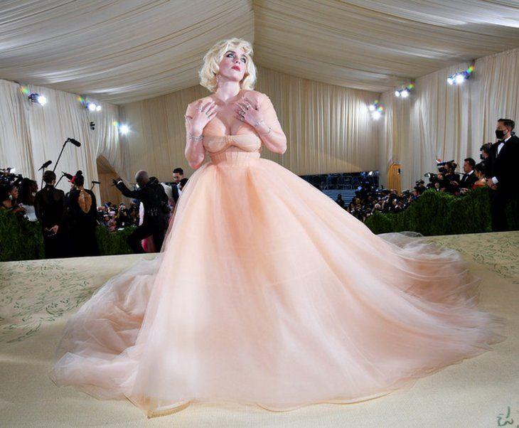 Ícono. La artista Billie Eilish sorprendió con un estilo inspirado en Marilyn Monroe. Para la ocasión eligió un vestido de tul nude de profundo escote y cola larga
