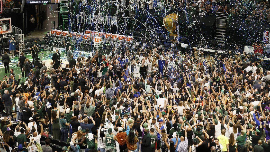 La ciudad de Milwaukee (EEUU) se volcó este martes con los suyos ya que miles de personas se congregaron en los alrededores del Fiserv Forum -lleno hasta la bandera- para seguir el partido en pantallas gigantes.
