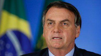 Jair Bolsonaro, uno de los líderes más negacionistas sobre la gravedad de la pandemia en el mundo, rechaza medidas preventivas como el uso de máscaras o el distanciamiento social y alega que las actividades económicas no pueden ser paralizadas.