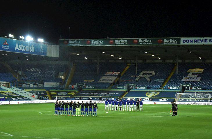Minuto de silencio en un partido entre Leeds United y Leicester City.