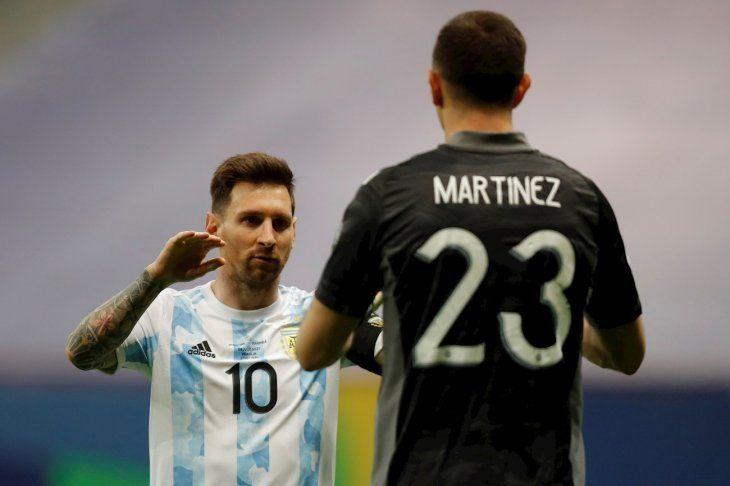 Lionel Messi de Argentina felicita a su compañero el arquero Emiliano Martínez en la tanda de penales contra Colombia.