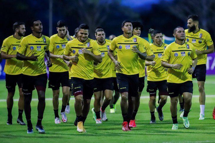 Jugadores de Venezuela participan en un entrenamiento en la cancha de la Conmebol en Luque. Este jueves enfrentan a Paraguay por las Eliminatorias Sudamericanas rumbo a Qatar 2022.