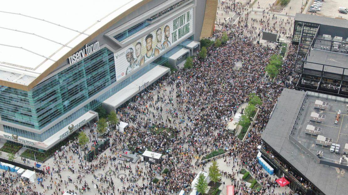Una fotografía realizada con un dron muestra a miles de aficionados llenando el Distrito de los Ciervos en el exterior del Fiserv Forum antes del comienzo del sexto partido de la serie de las finales de la NBA de baloncesto entre los Phoenix Suns y los Milwaukee Bucks.