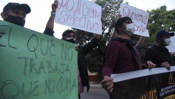 Los trabajadores artísticos, de eventos, bares y restaurantes se manifestaron este viernes frente a Mburuvicha Róga para solicitar al Gobierno una mesa de trabajo.