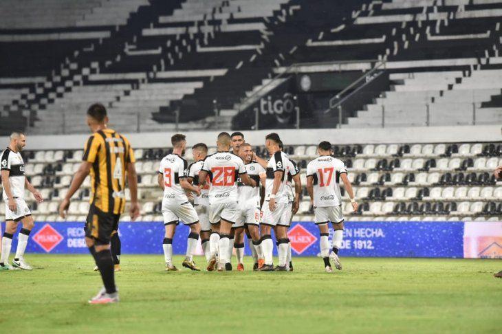 Jugadores de Olimpia celebran un gol ante Guaraní.