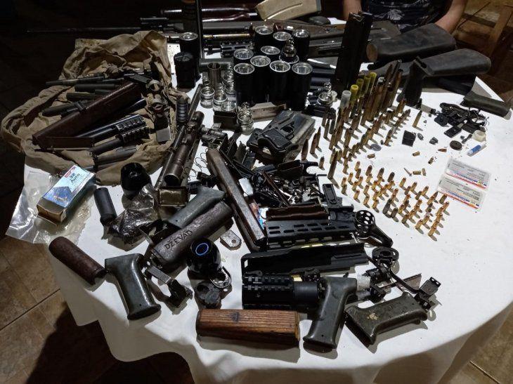 Una gran cantidad de armas y municiones se allanaron en el procedimiento.