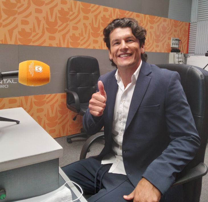 Nelson Haedo Valdez en los estudios de radio Monumental.