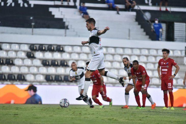 Alejandro Silva cobra un penal a favor de Olimpia por el Torneo Apertura.