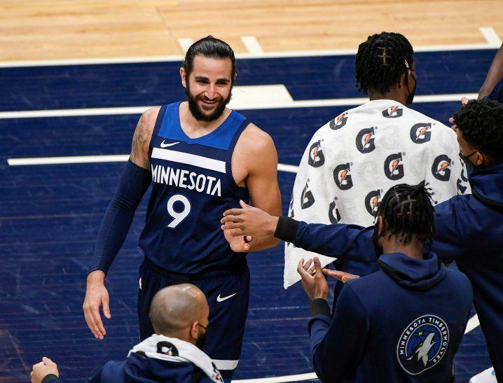 Ricky Rubio (i) de los Minnesota Timberwolves sonríe con sus compañeros ante los Utah Jazz