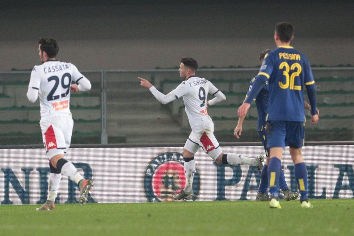 Tonny Sanabria festeja su gol ante el Hellas Verona.