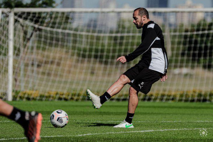 Afina el pie. Marcelo Díaz integra el equipo copero.