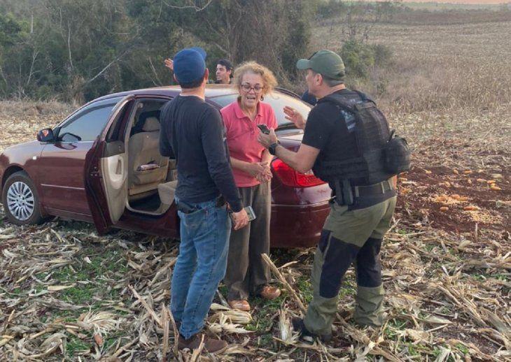 Las primeras imágenes de la víctima Sandra Cristina Máceda, sana y salva, en compañía de los agentes de Antisecuestros de la Policía Nacional.