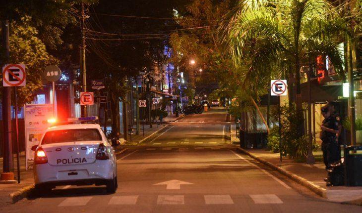 Efectivos policiales y militares custodian las calles para controlar que se cumpla con la restricción de circulación establecida por el Gobierno para frenar la rápida expansión del coronavirus.