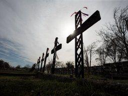 Varias cruces sin nombre fueron erigidas en el Patio 29 del cementerio general de Santiago, donde fueron sepultadas clandestinamente cientos de personas que fueron ejecutadas durante la dictadura de Pinochet.