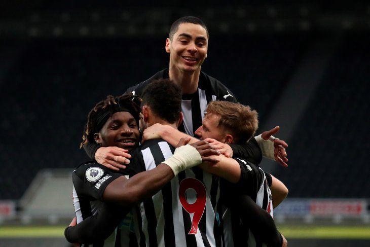 Miguel Almirón celebra junto a sus compañeros uno de los goles del Newcastle United ante el Manchester City.