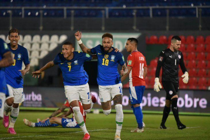Neymar hizo el primer tanto de Brasil ante Paraguay.