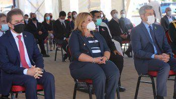 La intendenta Carolina Aranda (c) en un acto oficial junto al presidente Mario Abdo Benítez (d) y el ministro de Industria y Comercio, Luis Castiglioni (i).