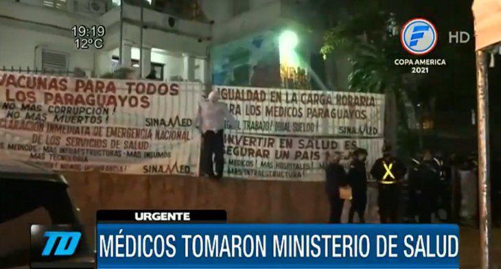 Los médicos cerraron la calle sobre la avenida Silvio Pettirossi