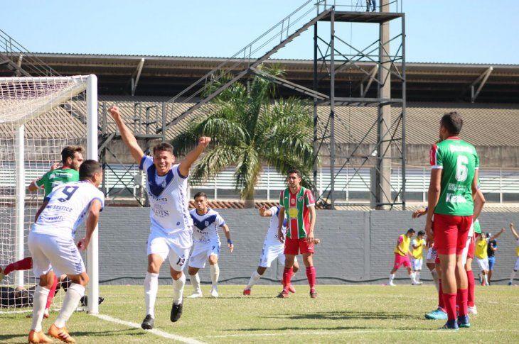 Jugadores de Ameliano celebran un gol ante Fulgencio Yegros.