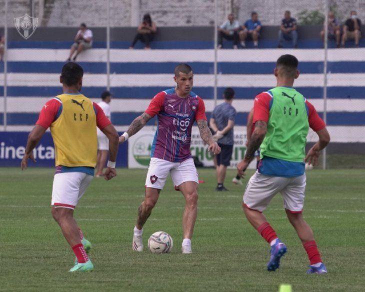 Buenos movimientos. Alan Benítez tuvo su debut con la camiseta de Cerro Porteño.