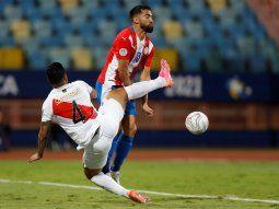 Anderson Santamaría (i) de Perú disputa el balón con Alberto Espínola de Paraguay, durante un partido por los cuartos de final de la Copa América en el estadio Olímpico Pedro Ludovico Teixeira.