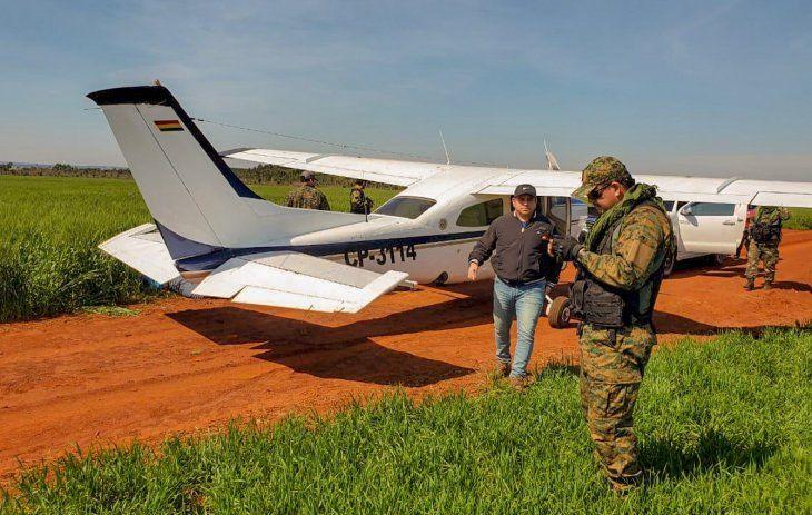 Intervención. Agentes antidrogas verifican la avioneta.