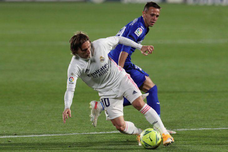 El croata Luka Modric protege el balón en el partido del Real Madrid ante el Getafe.