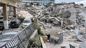 Fotografía divulgada por el Departamento de Bomberos del condado de Miami-Dade que muestra lo que era la entrada del edificio de 12 pisos derrumbado al norte de Miami Beach.
