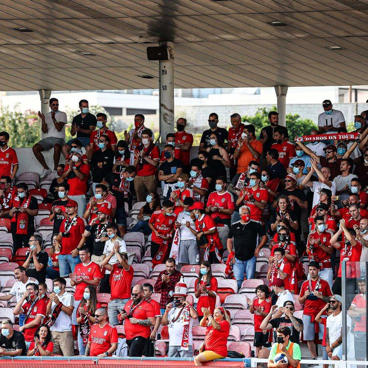 Seguidores del Benfica aplauden al equipo.