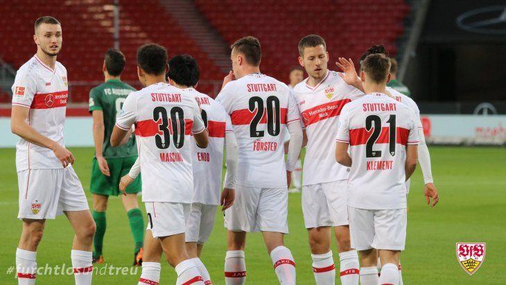 Jugadores del Stuttgart celebran un gol.