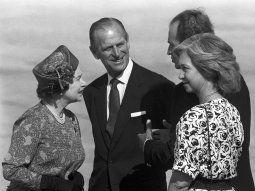 El duque de Edimburgo (2i), junto a la reina Isabel II y los reyes de España Juan Carlos y Sofía en el aeropuerto de Son San Juan, al término de una visita de Estado en España.