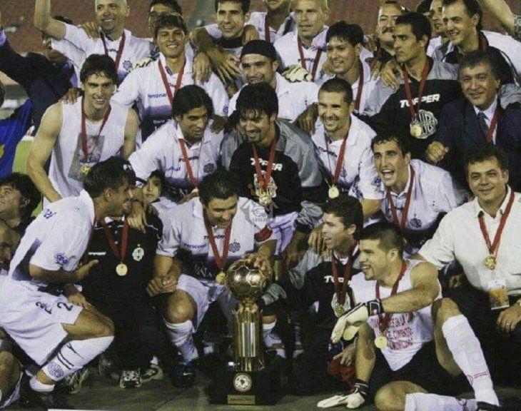 Jugadores de Olimpia posan con la conquista de la Recopa Sudamericana.
