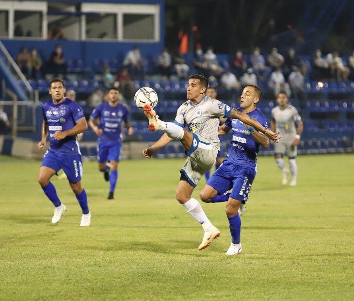 En acción. Jorge González disputa un balón.