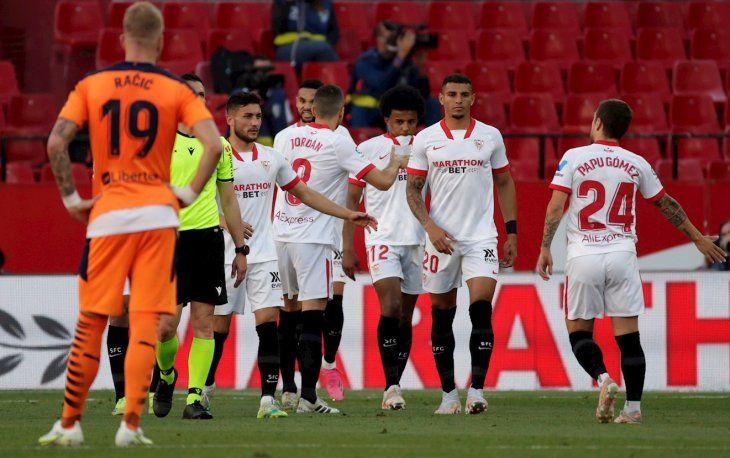 Sevilla triunfó ante Valencia en la Liga española.