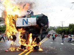 Estudiantes y trabajadores de la estatal Universidad de El Salvador (UES) recordaron este viernes a los universitarios masacrados y desaparecidos el 30 de julio de 1975 por el Ejército.