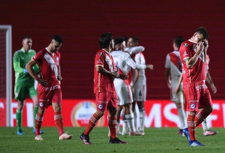 Jugadores de River Plate celebran la clasificación ante Argentinos.