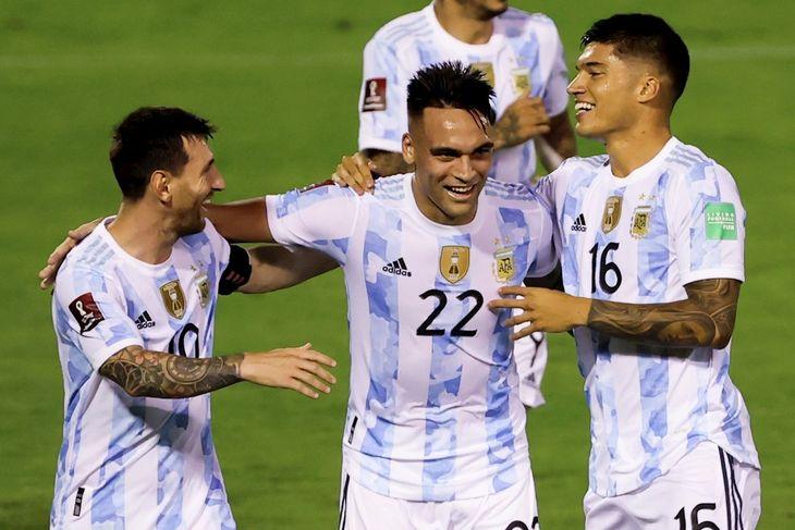 Jugadores de Argentina celebran un gol marcado ante Venezuela en Eliminatorias.