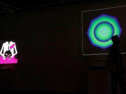 Se ve a un hombre en silueta de pie frente a Quantum de Kevin McCoy, un token no fungible (NFT) que, según la casa de subastas Sothebys, es el primer objeto de colección de arte digital conocido creado en 2014, durante una vista previa para los medios de Natively Digital: